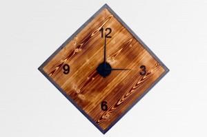 Rustikale Wanduhr aus geflämmtem Fichtenholz