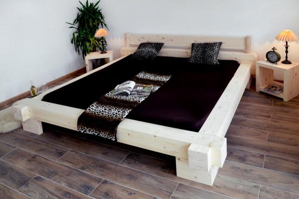 Balkenbetten weiß mit Nachttischen aus Fichte, geschliffen