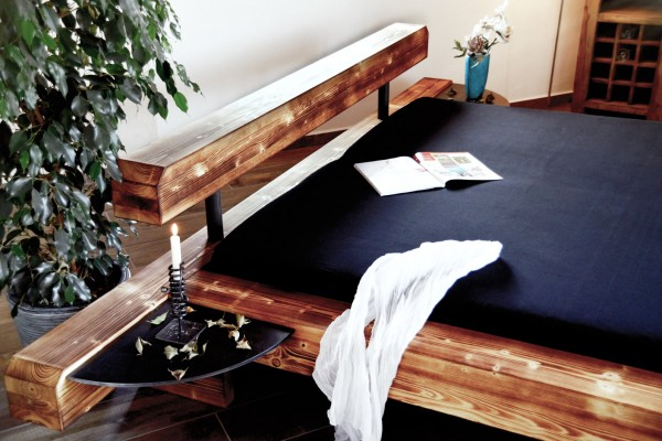 Balkenbetten in Flämmoptik mit Nachttischen aus Metall
